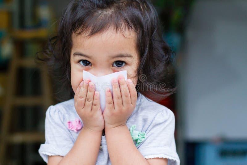 Λίγο φίμωμα κοριτσάκι στοκ φωτογραφία με δικαίωμα ελεύθερης χρήσης