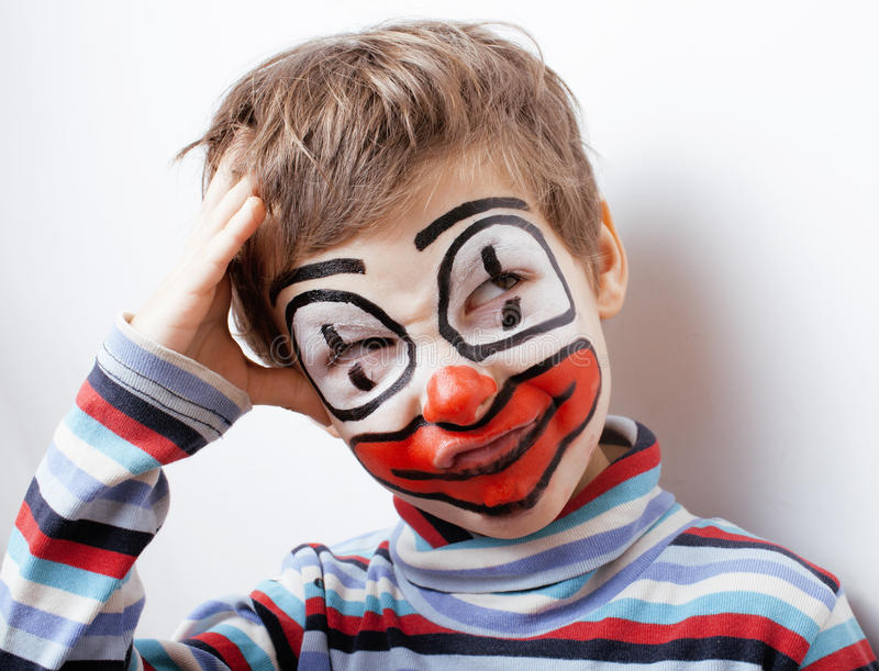 Λίγο χαριτωμένο αγόρι με το facepaint όπως τον κλόουν στοκ εικόνα με δικαίωμα ελεύθερης χρήσης