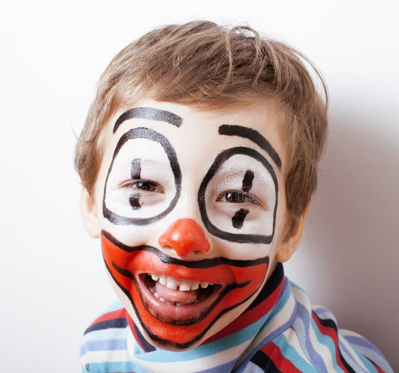 Λίγο χαριτωμένο αγόρι με το facepaint όπως τον κλόουν στοκ εικόνα