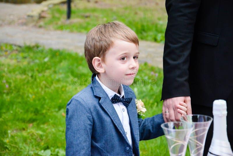 Λίγο χαριτωμένο αγόρι σε μια γαμήλια τελετή στοκ φωτογραφία με δικαίωμα ελεύθερης χρήσης