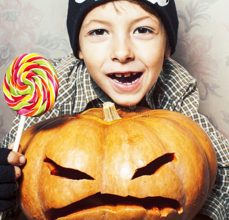 Λίγο χαριτωμένο αγόρι στο καπέλο σκελετών με την κολοκύθα και καραμέλα στις διακοπές κομμάτων αποκριών, έννοια ανθρώπων τρόπου ζω στοκ εικόνες