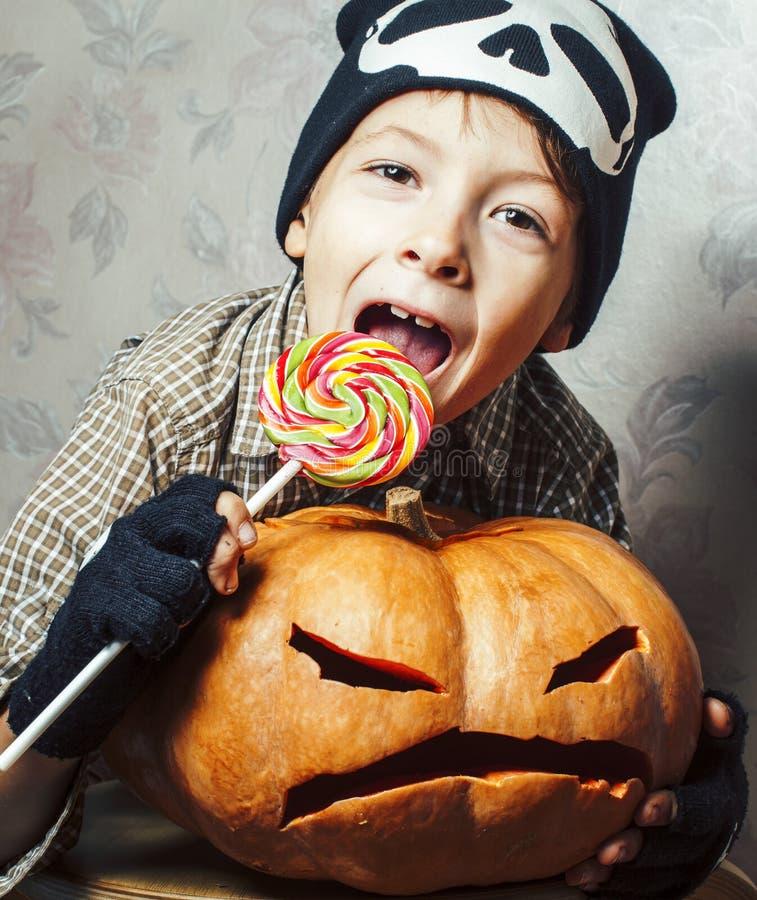 Λίγο χαριτωμένο αγόρι στο καπέλο σκελετών με την κολοκύθα και καραμέλα στις διακοπές κομμάτων αποκριών, έννοια ανθρώπων τρόπου ζω στοκ φωτογραφίες