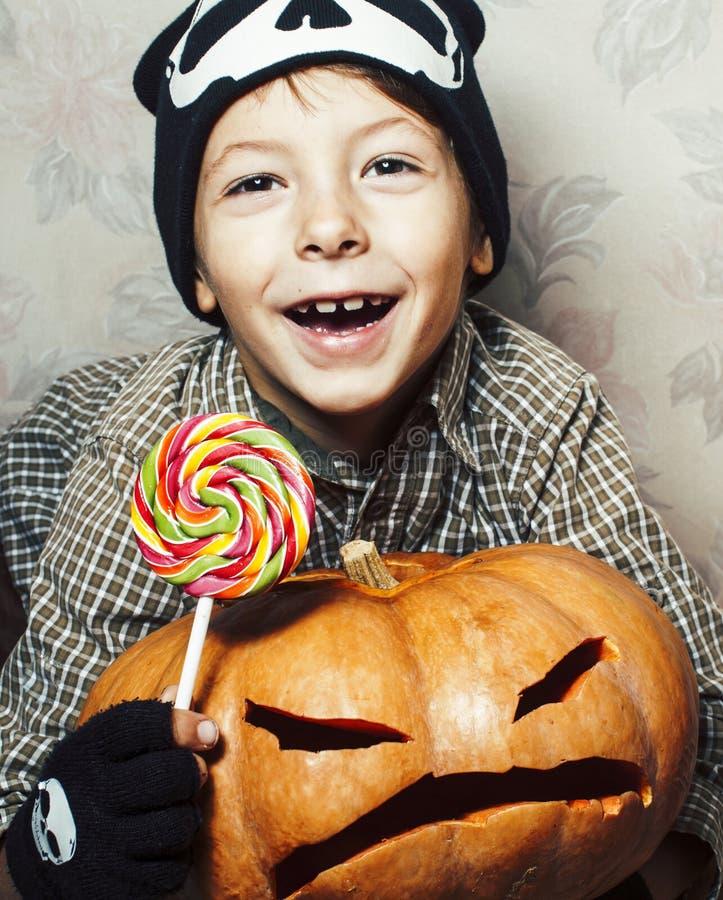 Λίγο χαριτωμένο αγόρι στο καπέλο σκελετών με την κολοκύθα και καραμέλα στις διακοπές κομμάτων αποκριών, έννοια ανθρώπων τρόπου ζω στοκ εικόνες με δικαίωμα ελεύθερης χρήσης