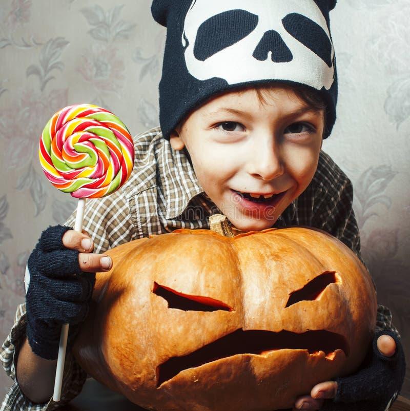 Λίγο χαριτωμένο αγόρι στο καπέλο σκελετών με την κολοκύθα και καραμέλα στις διακοπές κομμάτων αποκριών, έννοια ανθρώπων τρόπου ζω στοκ φωτογραφία με δικαίωμα ελεύθερης χρήσης