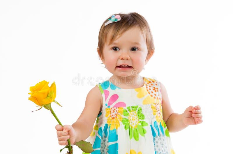 Λίγο χαριτωμένο κορίτσι με όμορφο κίτρινο αυξήθηκε, ρομαντικό δώρο στοκ φωτογραφίες