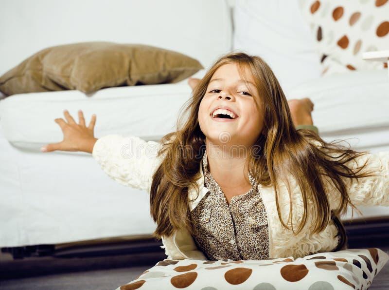Λίγο χαριτωμένο κορίτσι που χαμογελά στο σπίτι στοκ εικόνες