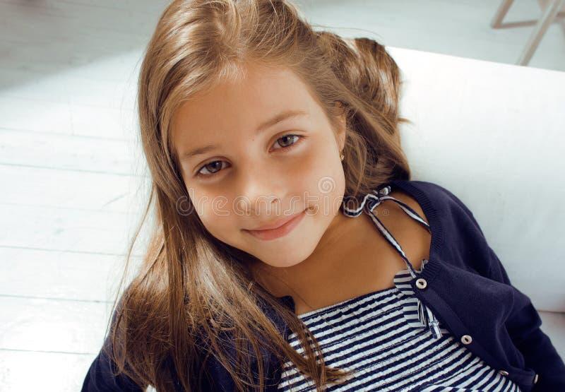 Λίγο χαριτωμένο κορίτσι που χαμογελά στο σπίτι στοκ φωτογραφίες με δικαίωμα ελεύθερης χρήσης