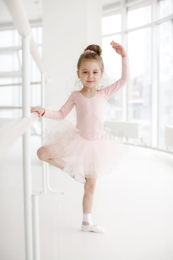 Λίγο χαριτωμένο κορίτσι στην κατηγορία στο στούντιο μπαλέτου στοκ φωτογραφίες