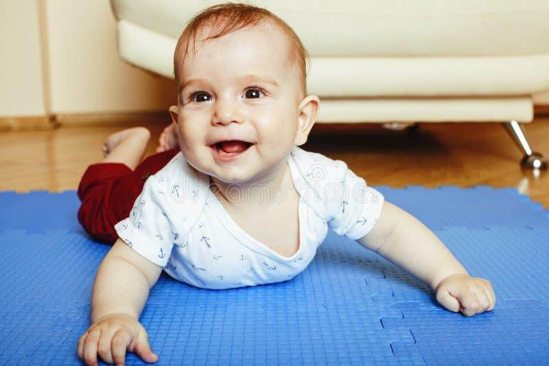 Λίγο χαριτωμένο μικρό παιδί μωρών στο στενό επάνω χαμόγελο ταπήτων, λατρευτό Κ στοκ φωτογραφίες με δικαίωμα ελεύθερης χρήσης