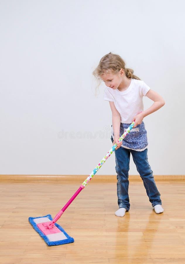 Λίγο χαριτωμένο mopping πάτωμα κοριτσιών στοκ φωτογραφίες
