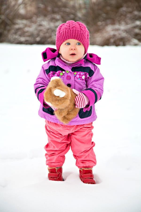 Λίγο όμορφο κορίτσι το χειμώνα με το παιχνίδι στοκ φωτογραφία με δικαίωμα ελεύθερης χρήσης
