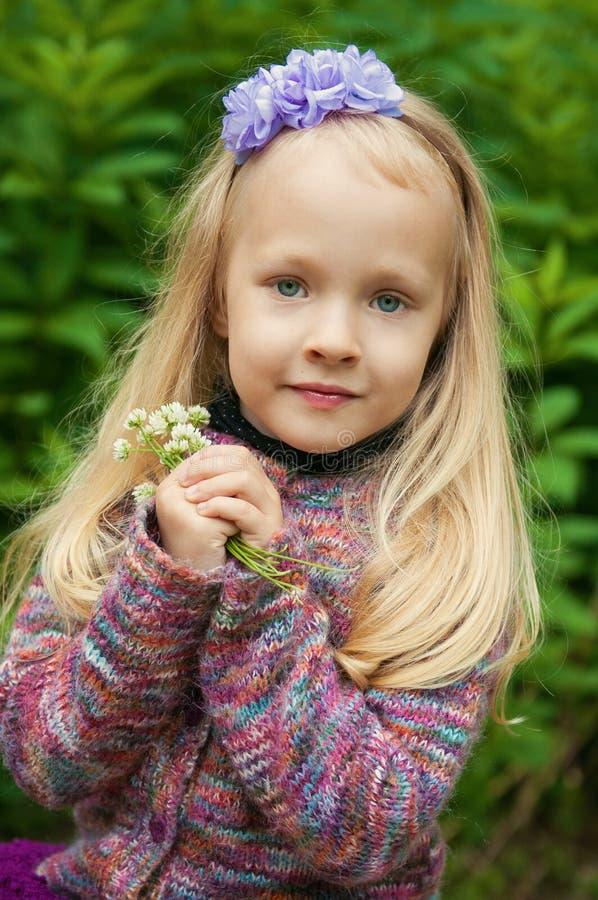 Λίγο όμορφο ξανθό κορίτσι στη φύση στοκ φωτογραφία