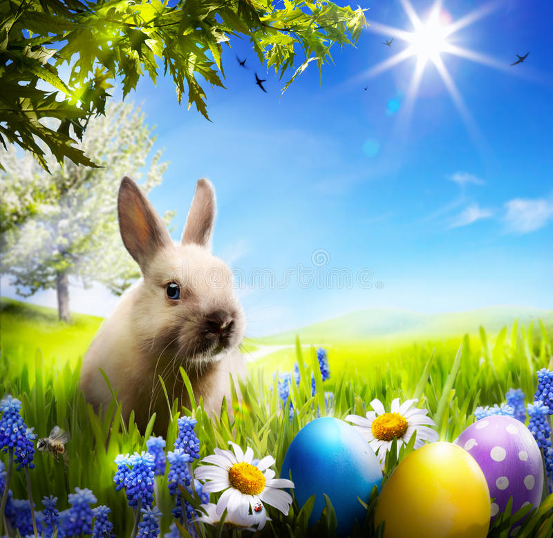 Τέχνη λίγο bunny Πάσχας και αυγά Πάσχας στην πράσινη χλόη