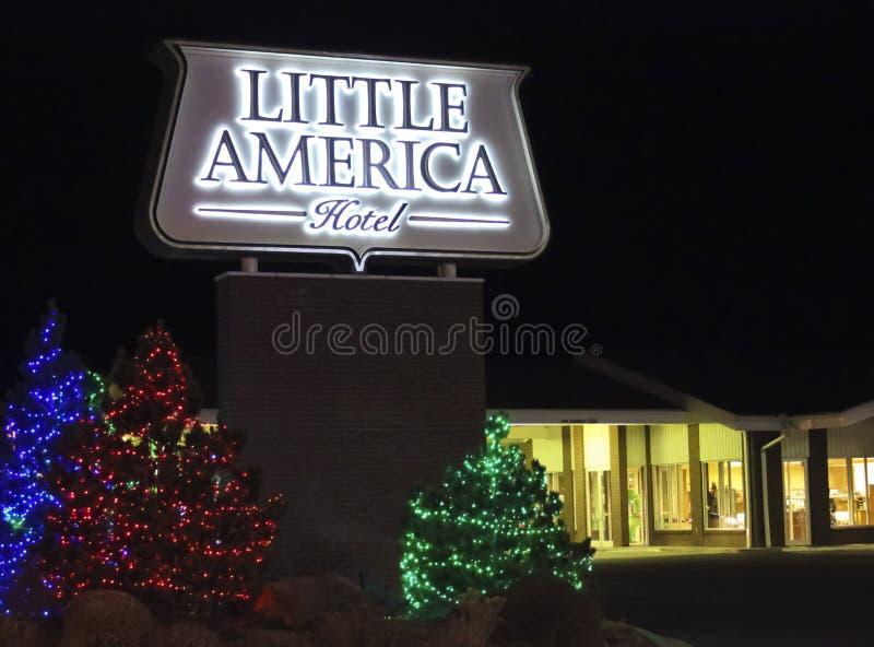 Λίγο Flagstaff ξενοδοχείων της Αμερικής σημάδι στα Χριστούγεννα στοκ εικόνες