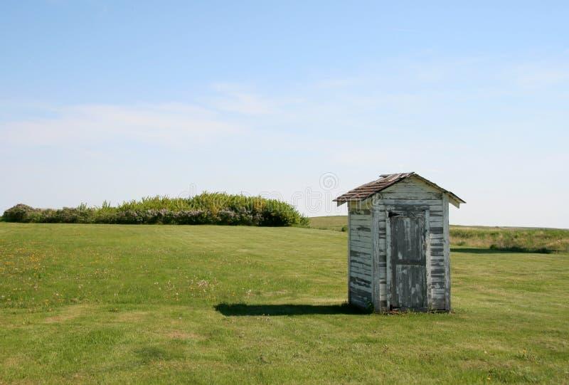 λίγο outhouse λιβάδι στοκ εικόνα