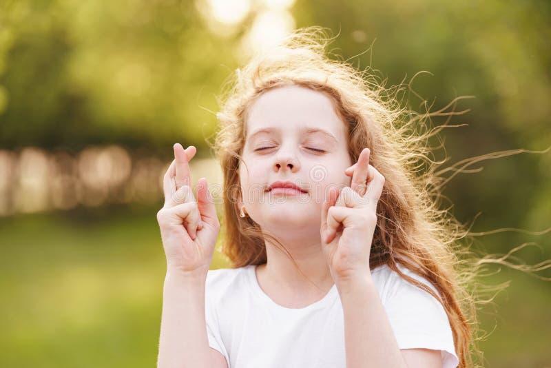 Λίγο redhead κορίτσι κάνει την επιθυμητή επιθυμία υπαίθρια στοκ φωτογραφία με δικαίωμα ελεύθερης χρήσης