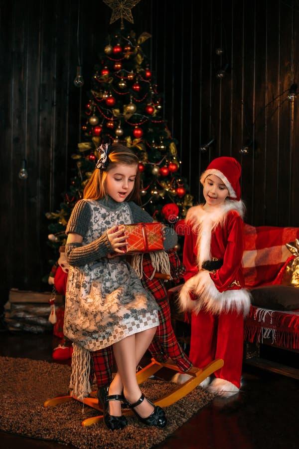 Λίγο Santa φέρνει τα δώρα στοκ φωτογραφία