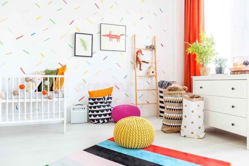 Λίκνο και μαξιλάρια πουφ στο δωμάτιο στοκ εικόνα με δικαίωμα ελεύθερης χρήσης