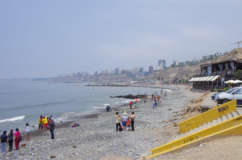 Λίμα, Περού - 1 Ιανουαρίου 2014: Οι άνθρωποι στο δημόσιο ωκεανό πόλεων είναι στοκ εικόνες