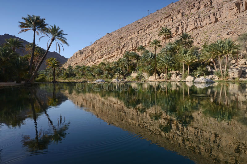 Λίμνες νερού σε Wadi Bani Khalid, Ομάν στοκ φωτογραφία
