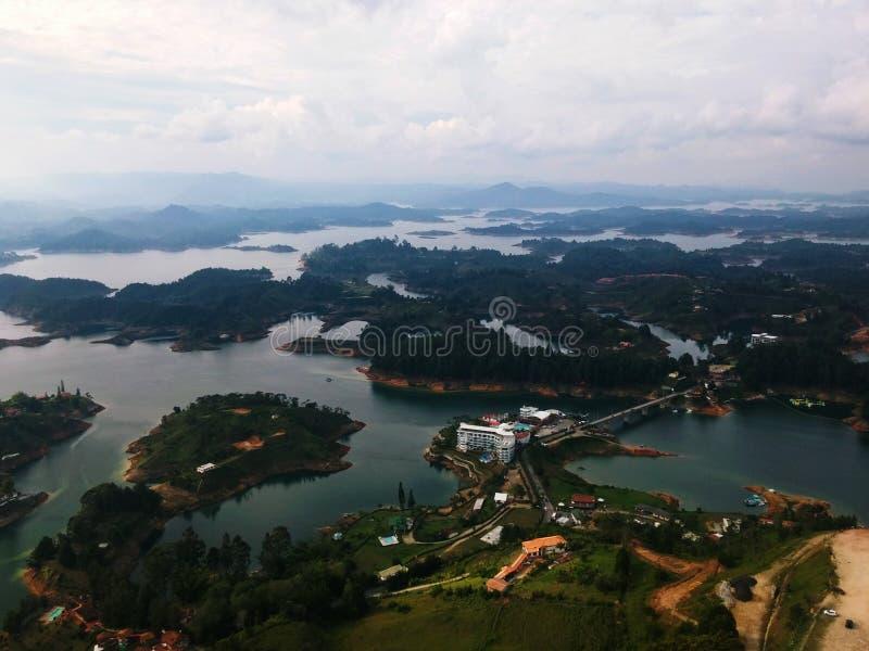 Λίμνες που διαμορφώνονται από ένα φράγμα, με πολλά βουνά και δάση και τον οικοτουρισμό στοκ εικόνα