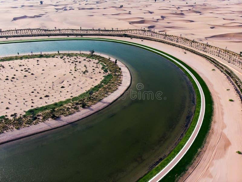Λίμνη αγάπης μορφής καρδιών κατά την εναέρια άποψη ερήμων του Ντουμπάι στοκ εικόνα με δικαίωμα ελεύθερης χρήσης