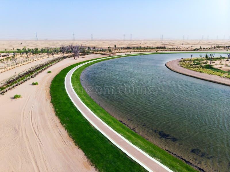 Λίμνη αγάπης μορφής καρδιών κατά την εναέρια άποψη ερήμων του Ντουμπάι στοκ φωτογραφίες