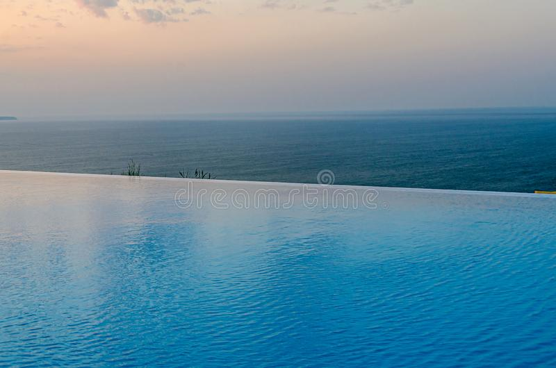 Λίμνη απείρου με την μπλε άποψη νερού κρυστάλλου στον ωκεανό θάλασσας στοκ εικόνες