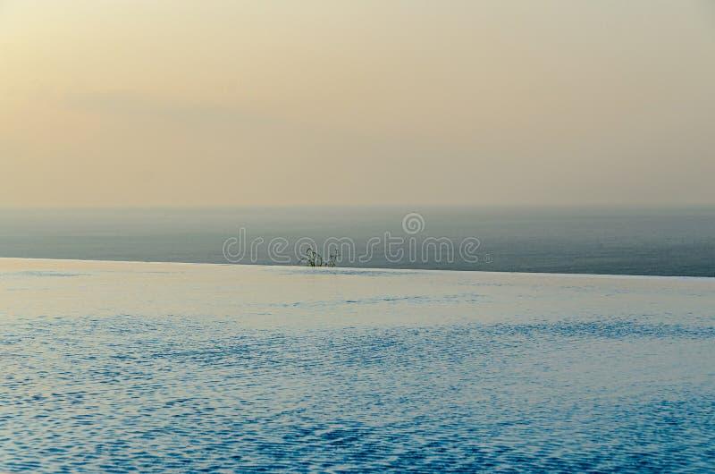 Λίμνη απείρου με την μπλε άποψη νερού κρυστάλλου στον ωκεανό θάλασσας στοκ εικόνες με δικαίωμα ελεύθερης χρήσης