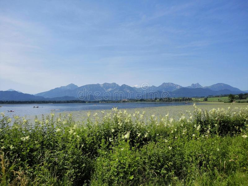 Λίμνη από τα βουνά στοκ φωτογραφίες