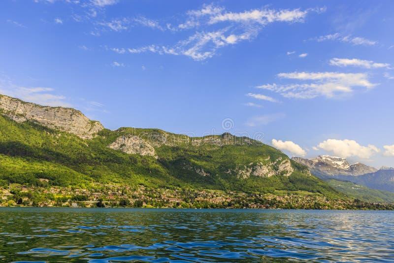 Λίμνη από το Annecy με τα βουνά στοκ φωτογραφία με δικαίωμα ελεύθερης χρήσης
