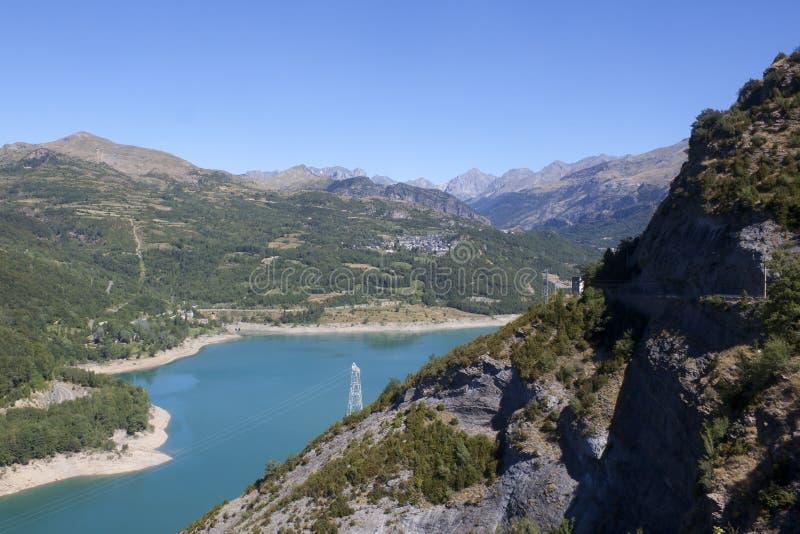 Λίμνη βουβαλίδων με ένα βουνό στη μέση από επάνω στα Πυρηναία στοκ εικόνες