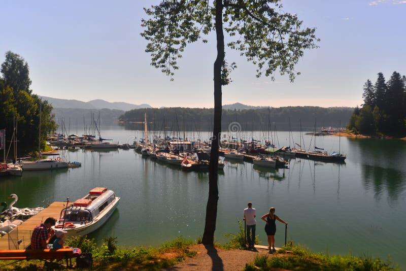 Λίμνη βουνών με τις βάρκες και τα δέντρα στοκ εικόνες