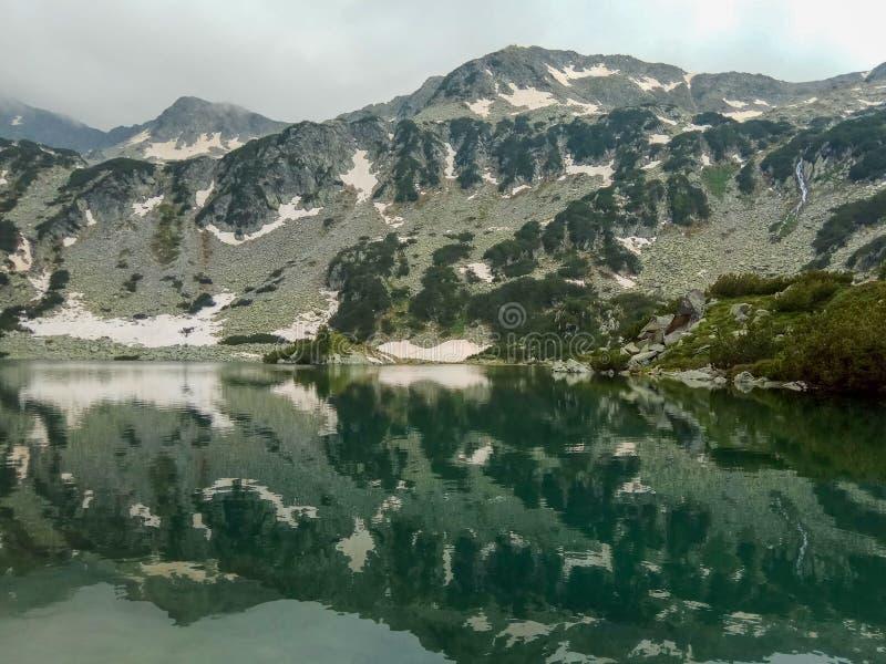 Λίμνη βουνών στα βουνά του εθνικού πάρκου Pirin της Βουλγαρίας στοκ εικόνες με δικαίωμα ελεύθερης χρήσης