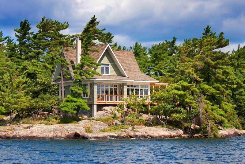 λίμνη εξοχικών σπιτιών ξύλιν&eta στοκ εικόνες