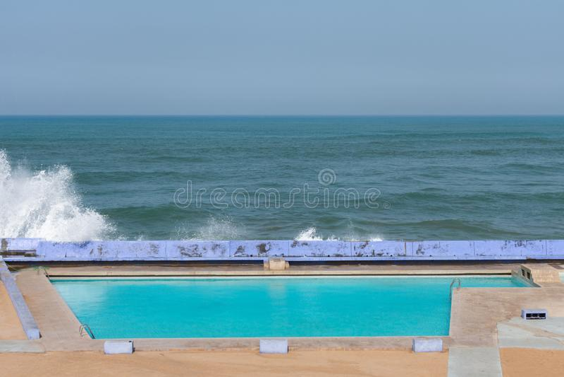 Λίμνη θερέτρου κατά μήκος του Ατλαντικού Ωκεανού στη Καζαμπλάνκα Μαρόκο με τα κύματα στοκ φωτογραφία