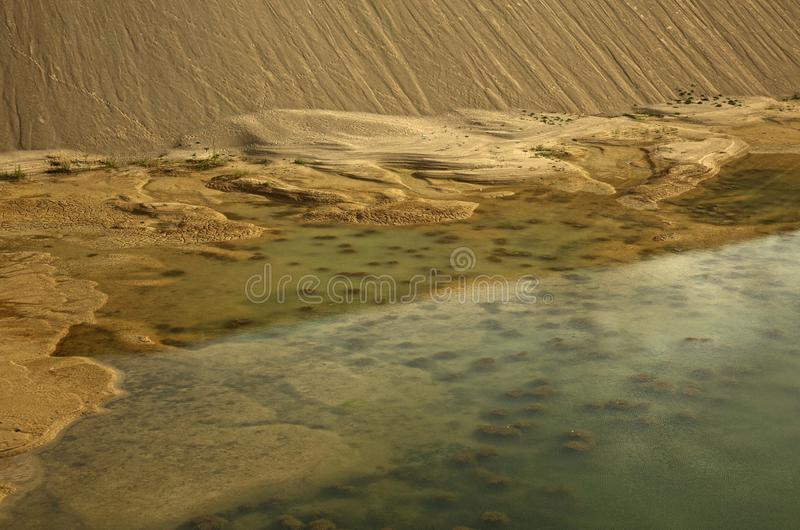 Λίμνη και βουνά της άμμου σε ένα κοίλωμα αμμοχάλικου στοκ φωτογραφίες