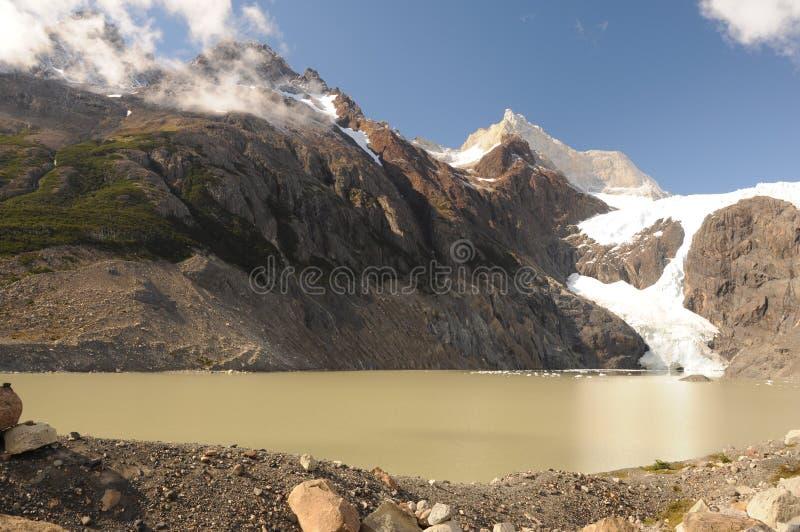 Λίμνη και ζαλίζοντας βουνά παγετώνων στην Παταγωνία Torres del Paine National πάρκο, Παταγωνία, Χιλή το τοπίο βουνών κάτω στοκ εικόνα
