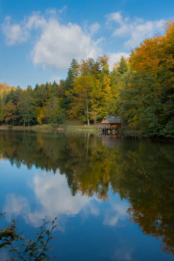 Λίμνη και καμπίνα σε Trakoscan, Κροατία στοκ φωτογραφίες
