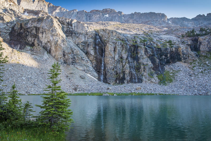 Λίμνη και καταρράκτης βουνών στοκ εικόνα με δικαίωμα ελεύθερης χρήσης