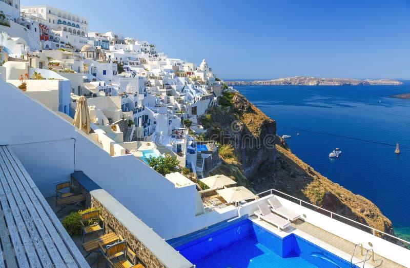 Λίμνη και μια ηλιόλουστη άποψη πρωινού άποψης του νησιού Santorini Γραφική σκηνή άνοιξη του διάσημου ελληνικού θερέτρου Thira, Ελ στοκ εικόνα με δικαίωμα ελεύθερης χρήσης