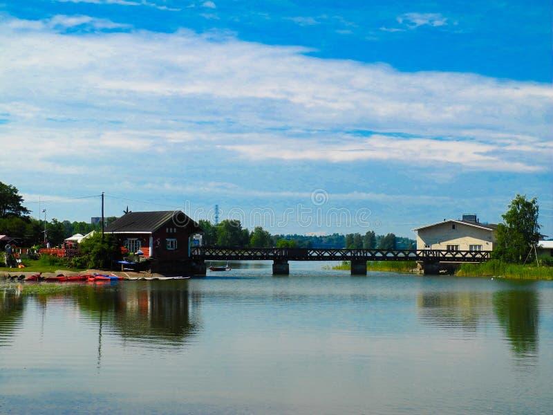 Λίμνη και μπλε θερινός ουρανός στη Φινλανδία στοκ εικόνα με δικαίωμα ελεύθερης χρήσης