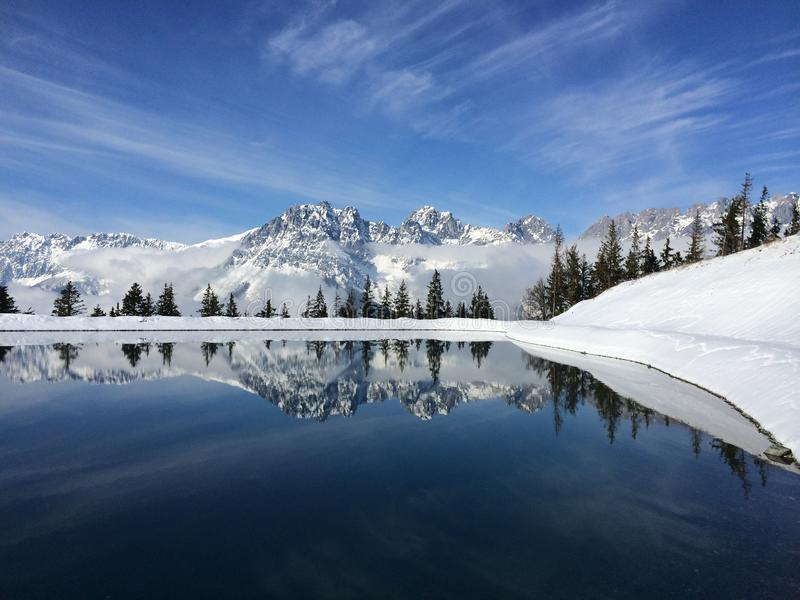 Λίμνη και χιονισμένα βουνά Αυστρία βουνών στοκ φωτογραφία