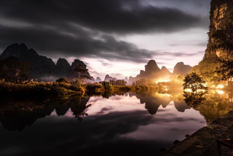 Λίμνη και mountainsï τοπίο ¼ ŒNatural στοκ εικόνα