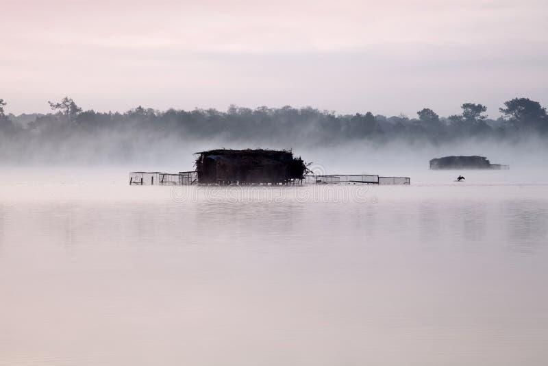 λίμνη καλυβών misty στοκ φωτογραφία