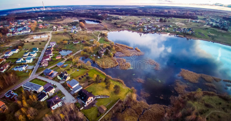 Λίμνη κατά την πόλης εναέρια άποψη στοκ εικόνα