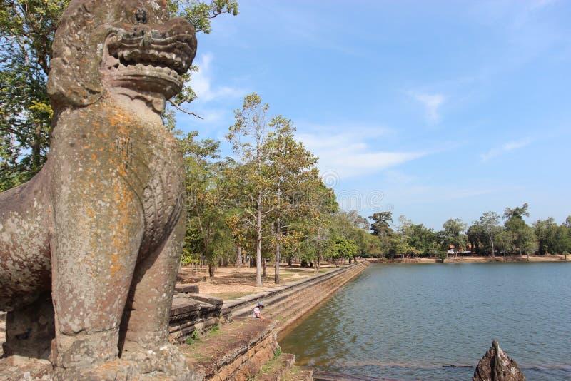 Λίμνη κοντά στο ναό στη μέση της ζούγκλας, Καμπότζη στοκ φωτογραφίες