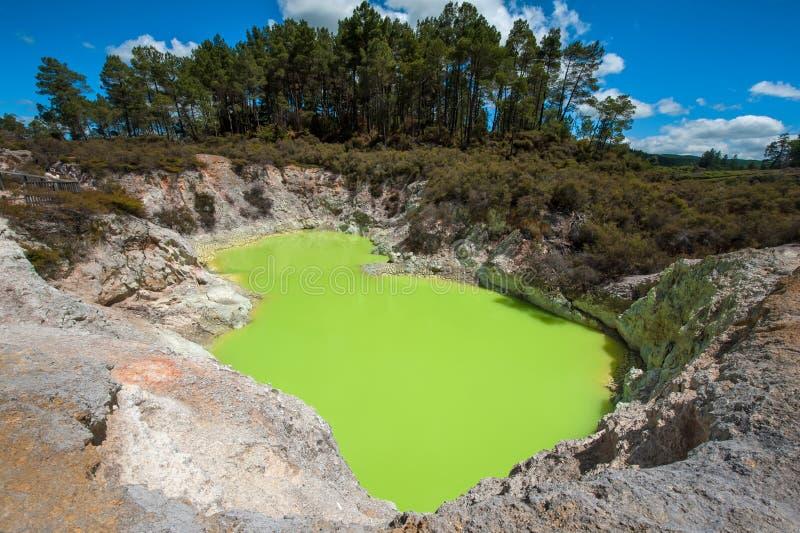 Λίμνη κρατήρων κόλασης στοκ εικόνα με δικαίωμα ελεύθερης χρήσης