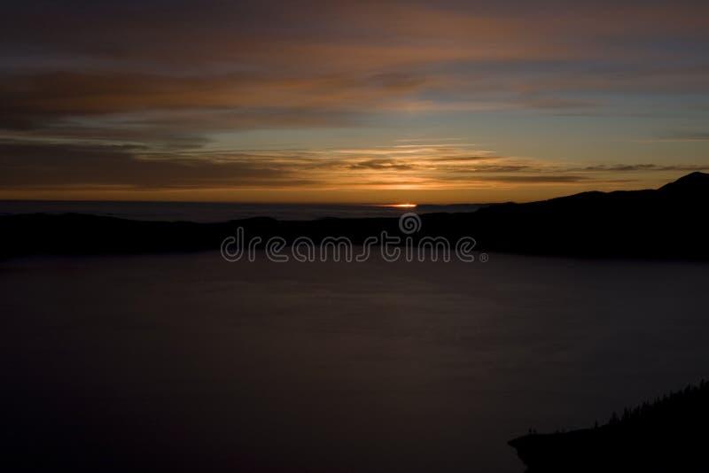 Λίμνη κρατήρων στην ανατολή στοκ εικόνες με δικαίωμα ελεύθερης χρήσης
