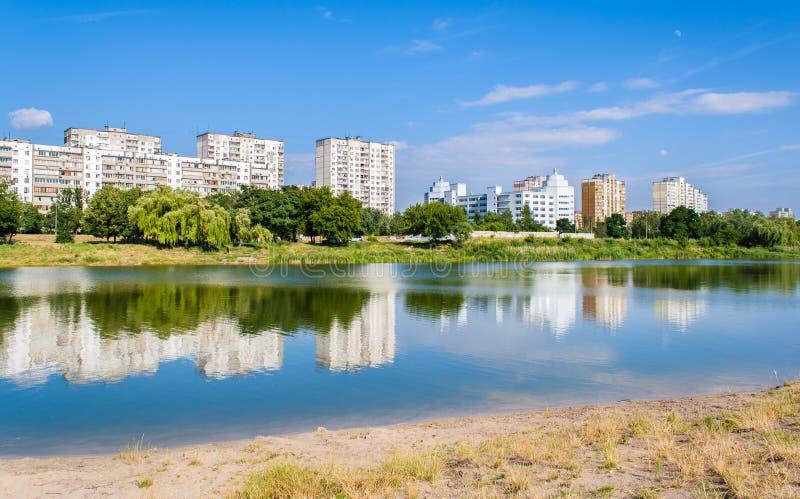 λίμνη κτηρίων πέρα από κατοικημένο στοκ εικόνες με δικαίωμα ελεύθερης χρήσης